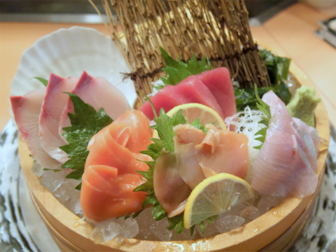 東京都台東区上野5丁目にある「蔵元居酒屋 清龍 上野2号店」 おまかせ鮮魚5品盛り合わせ