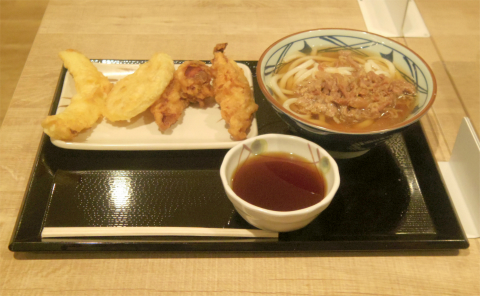 東京都練馬区光が丘5丁目にあるうどん店「丸亀製麺 光が丘IMA店」肉かけうどん(並)と天ぷら(かしわ天、れんこん天、いか天)