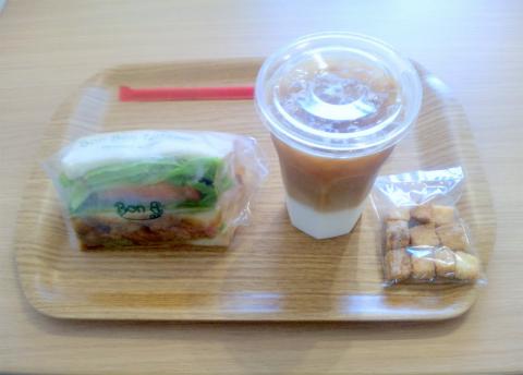埼玉県越谷市平方にある「Bon Bon Terrasse Sandwitch&Cafe ボン ボン テラス サンドウィッチ&カフェ」こだわり惣菜サンドイッチ(ローストビーフ)のドリンクセット(アイスカフェラテ)