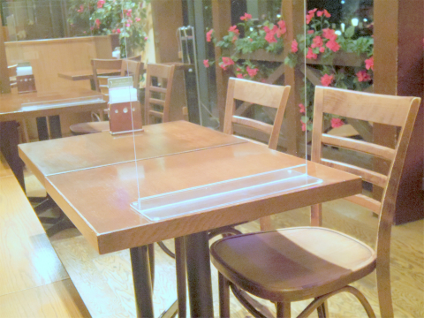 東京都墨田区押上1丁目にあるハンバーガー専門店「KUA 'AINA クア・アイナ 東京スカイツリータウン・ソラマチ店」店内