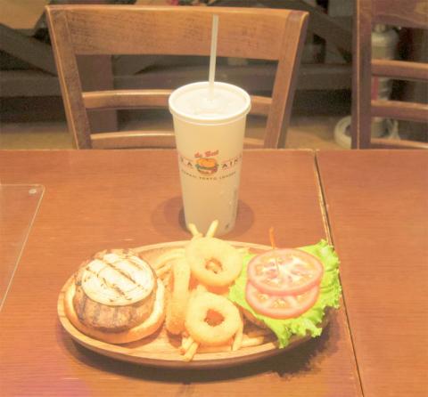 東京都墨田区押上1丁目にあるハンバーガー専門店「KUA 'AINA クア・アイナ 東京スカイツリータウン・ソラマチ店」ハンバーガーをディナーセットで