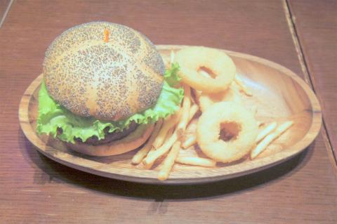 東京都墨田区押上1丁目にあるハンバーガー専門店「KUA 'AINA クア・アイナ 東京スカイツリータウン・ソラマチ店」ハンバーガーとディナーセットのフレンチフライ、オニオンリング