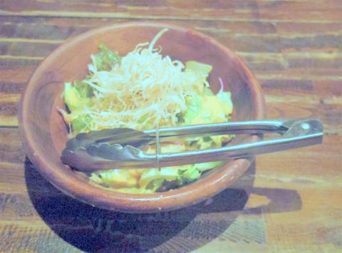 神奈川県川崎市中原区木月1丁目にある居酒屋「イザカヤミドリ」お通しのグリーンサラダ