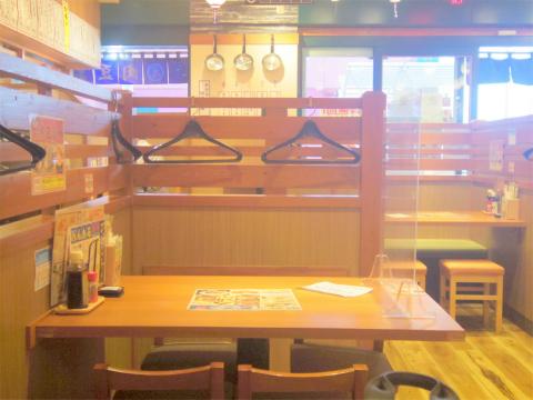 神奈川県横浜市神奈川区新子安1丁目にある居酒屋「大衆食堂 安べゑ 新子安店」店内