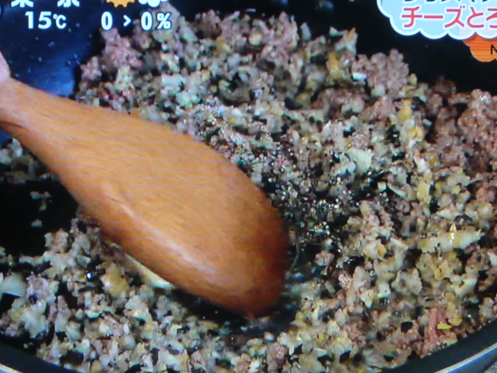 牛ひき肉と②を入れて香りが出るまで炒める