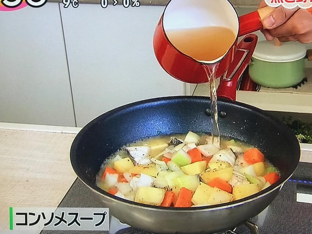 コンソメスープを入れて中火にかけ、約15分煮る