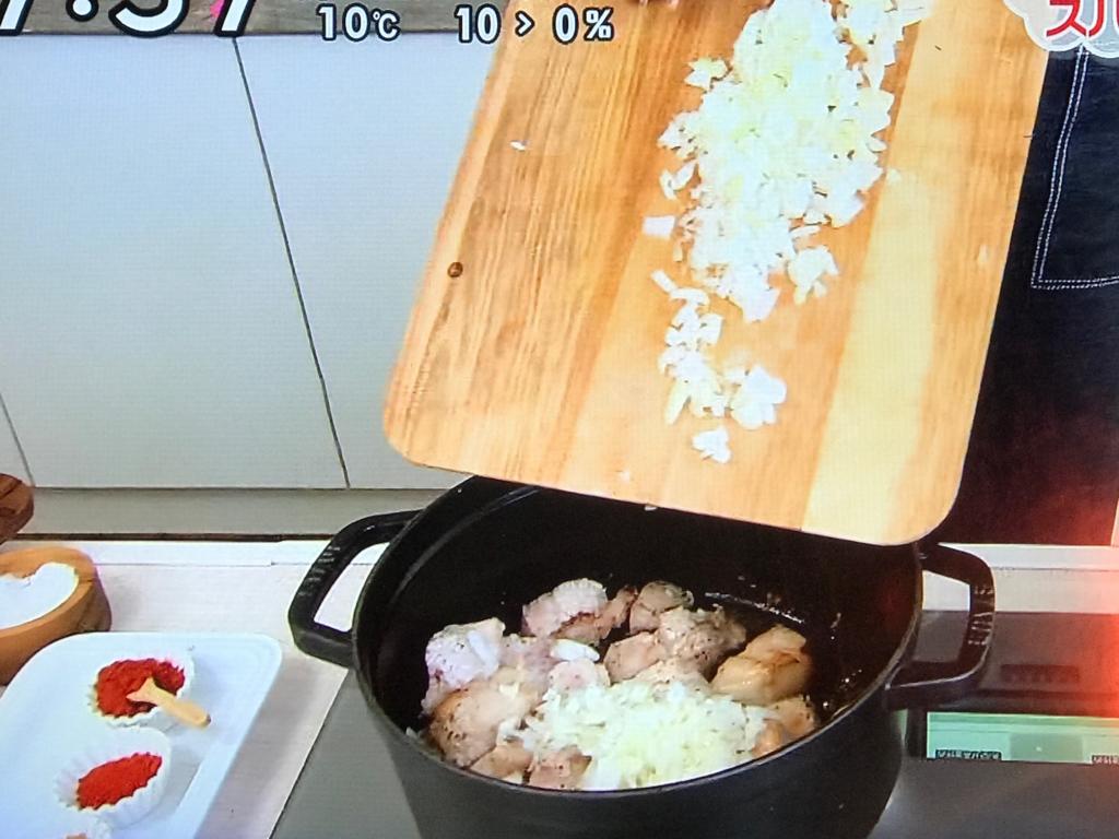 豚バラ肉を入れてこんがりと焼き、にんにく、玉ねぎを加え、炒め合わせる