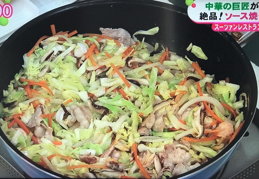 ニンジン、玉ねぎ、シーフードミックス、シイタケ、キャベツの順で炒めていく