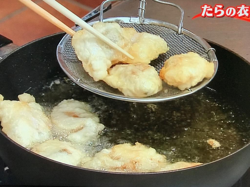 カラリとするまで4~5分揚げ、じゃが芋とともに器に盛る