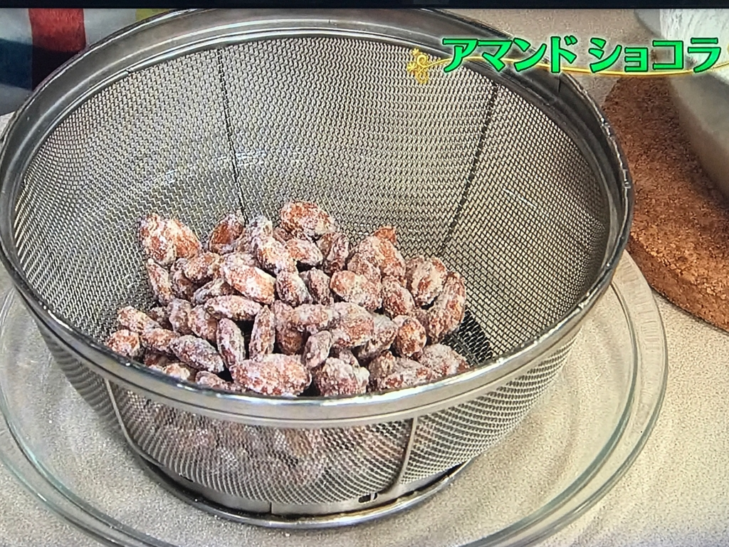 ほろりと1粒ずつにほぐれたらザルにあけ、鍋にはりついている砂糖もざっとこそげてあけ、余分な細かい砂糖をふるい落とす