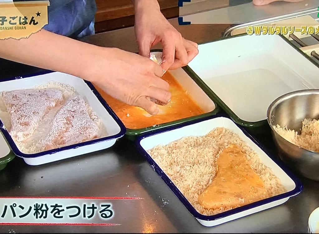 薄力粉をまぶして余計な粉は落とし、溶いた卵にくぐらせる。パン粉を付ける