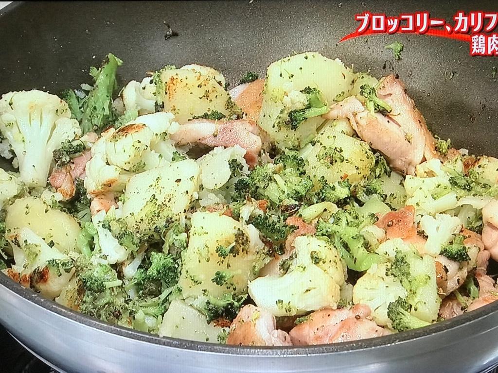 ④の鶏肉を③に加え、塩、粗びき黒こしょうをふって炒め合わせる