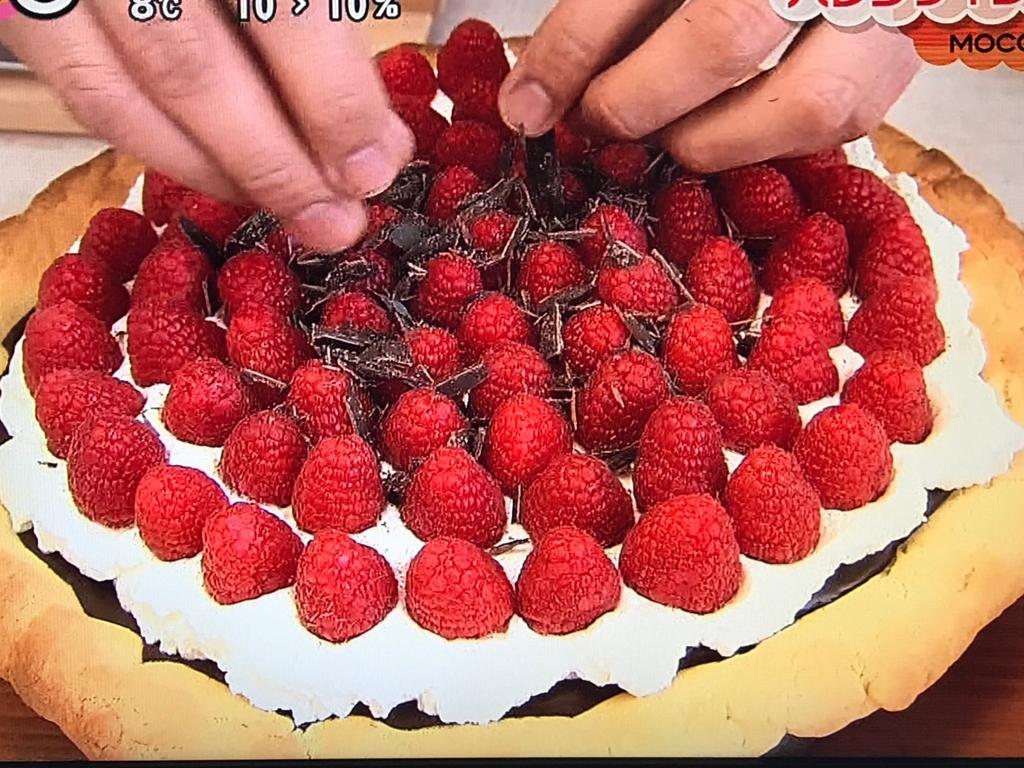 ラズベリーを彩りよく飾りチョコレートを削りかける