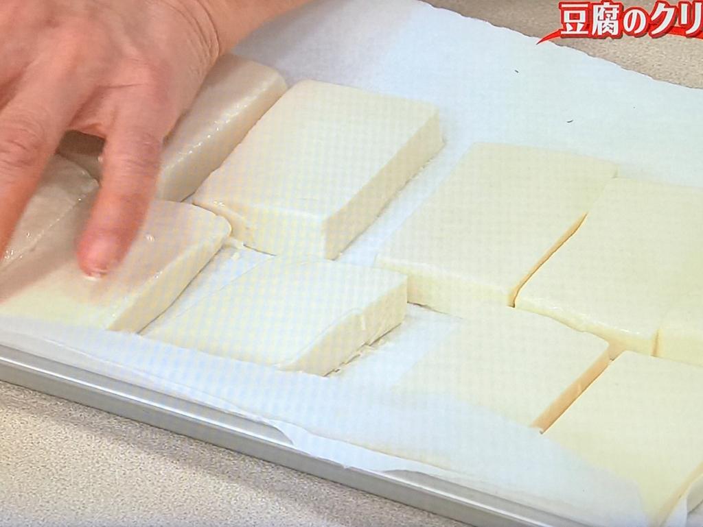 塩をふってペーパータオルで包み、10分ほどおいて水気をきる