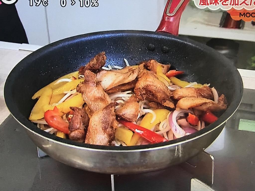 油を少量戻し、②ともやしを加えて炒め合わせ、豚肉を戻す