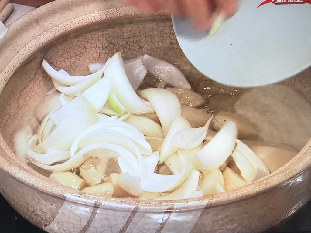 沸騰したら、玉ねぎ、じゃが芋を入れ、ふたをして8~10分煮る