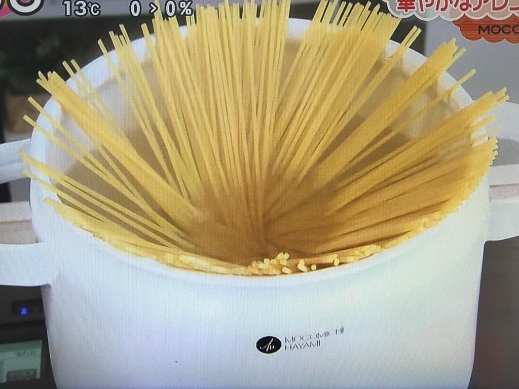 オリーブオイルを入れた鍋でパスタをゆでる