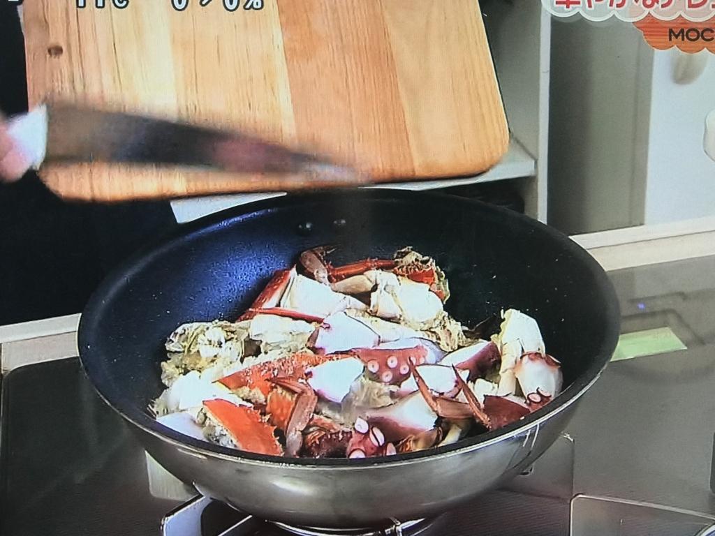中火にかけて軽く熱し、③、にんにく、塩・こしょうを加えて炒める