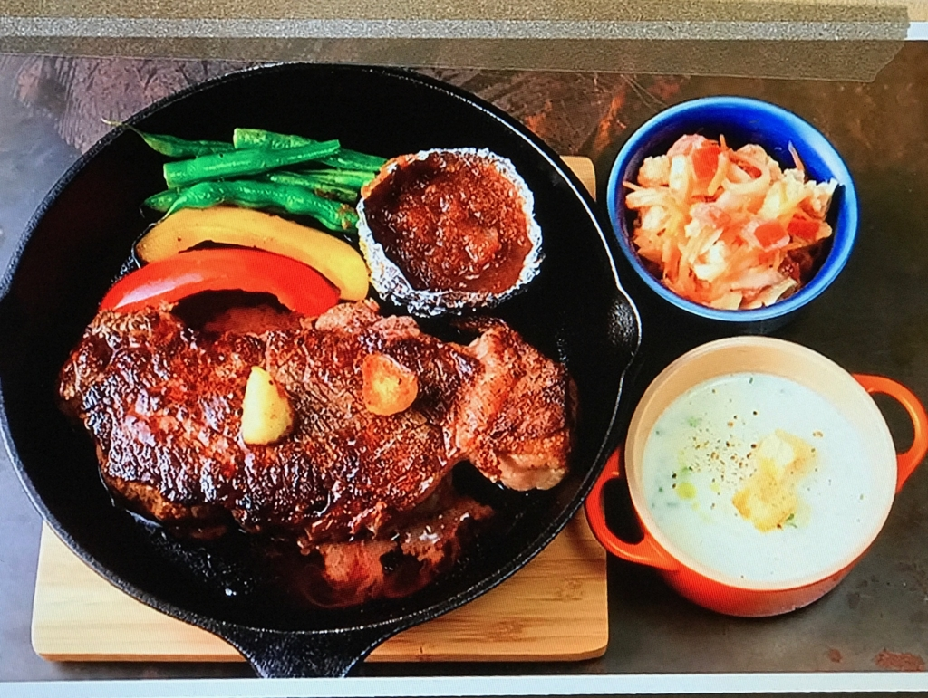 【玉ねぎとりんごのすりおろしソーズのステーキ】【カリフラワーのサラダ】【カブのポタージュ】レシピ