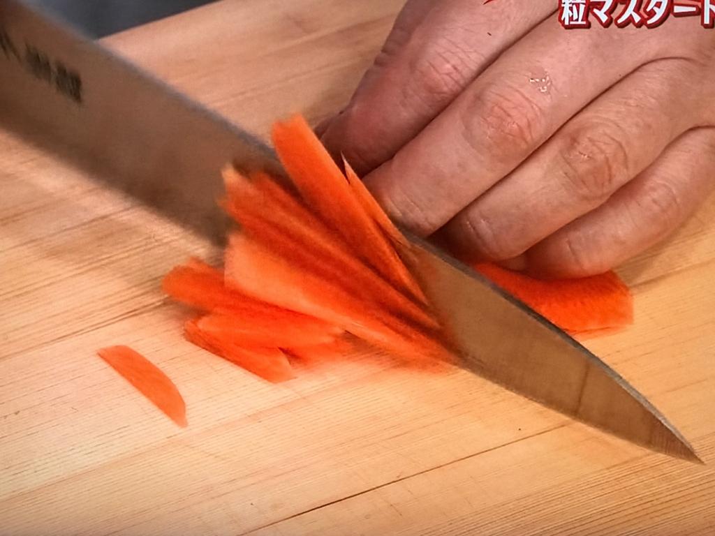 にんじんは斜めに薄切りにしてから細切りにする