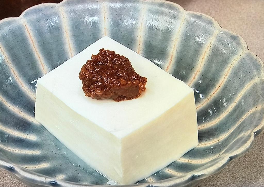 絹ごし豆腐をやっこに切り、しょうゆ麹適量をのせる width=