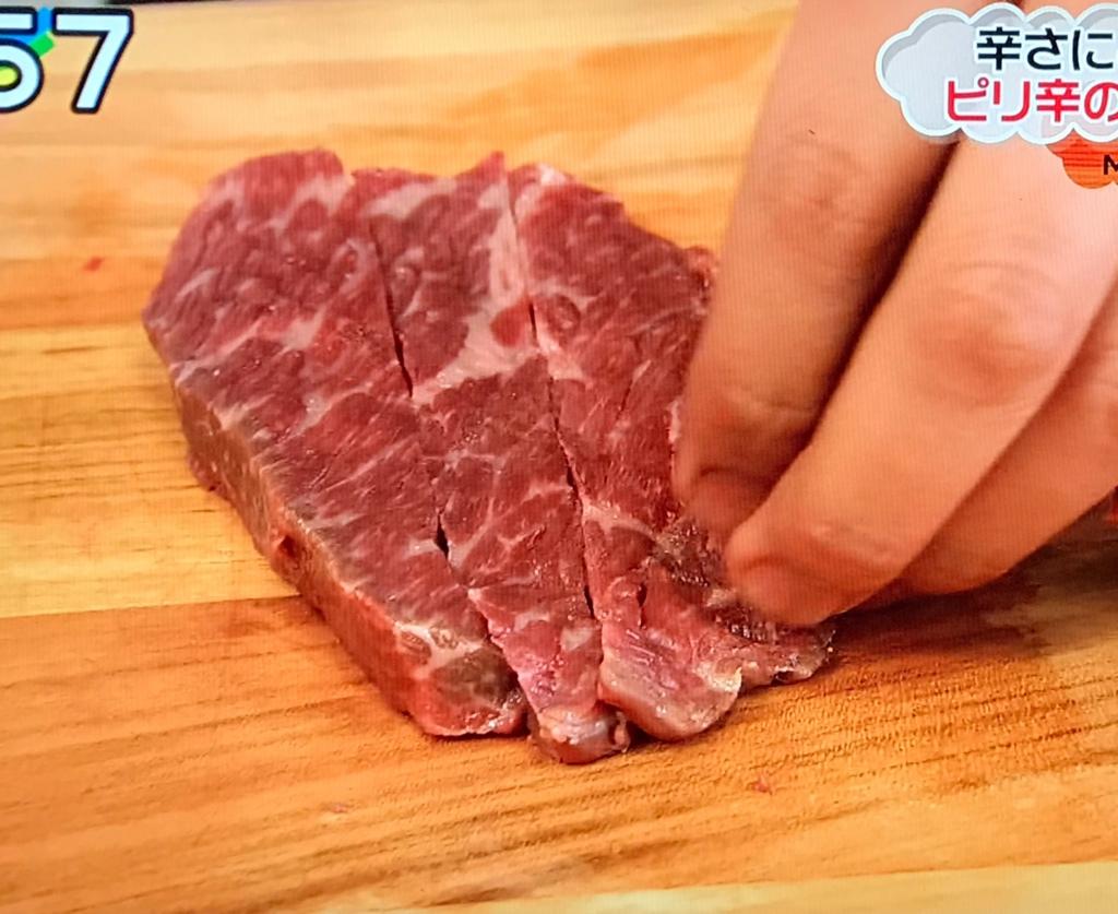 牛肉は、5〜6mm角、4~5cm長さの棒状に切り 塩・こしょうで下味をつける