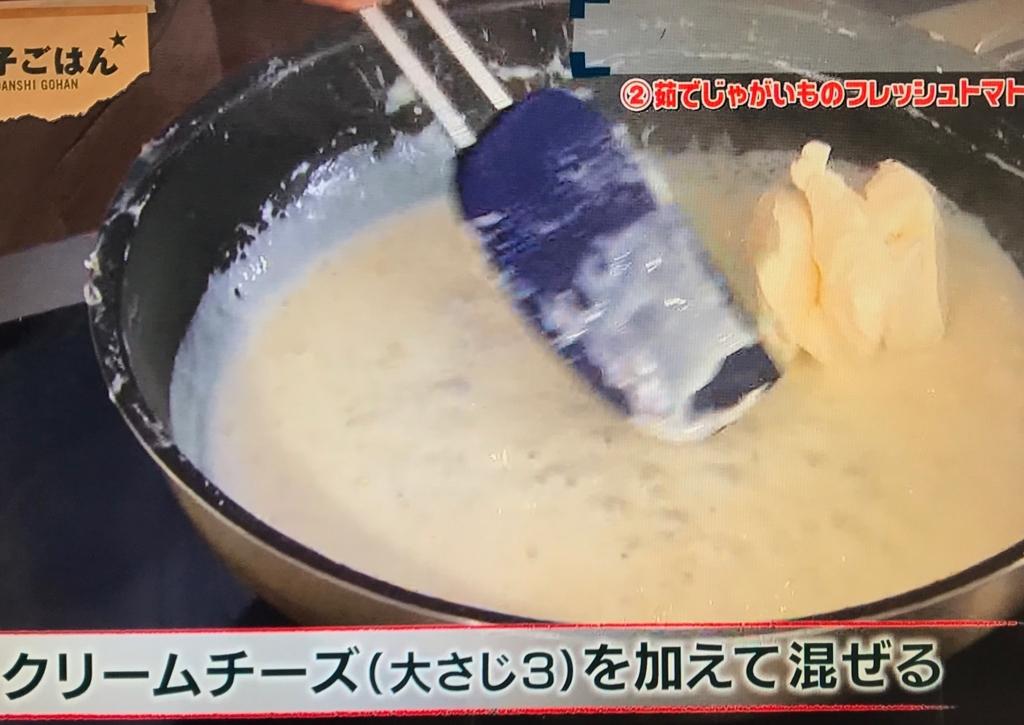 クリームチーズ、塩、黒こしょうを加えて混ぜる