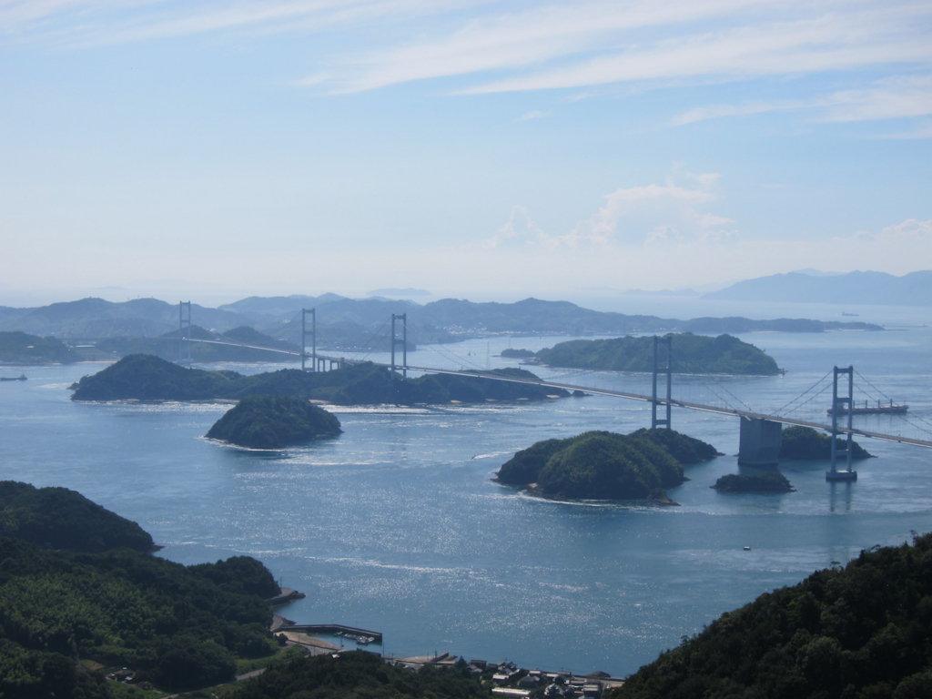"""""""大島の亀老山展望公園からのしまなみ海道・来島海峡大橋"""