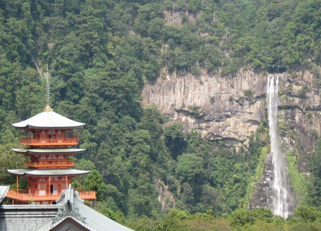 熊野古道の青岸渡寺と那智の滝