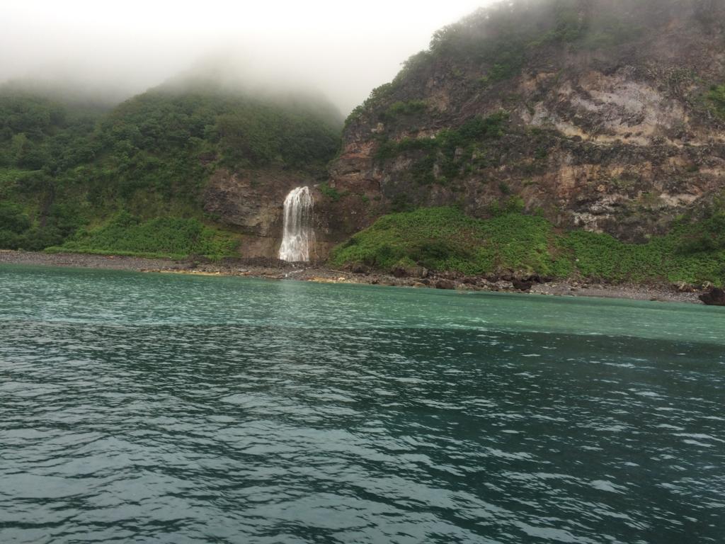 北海道・知床クルーズのカムイワッカ湯の滝