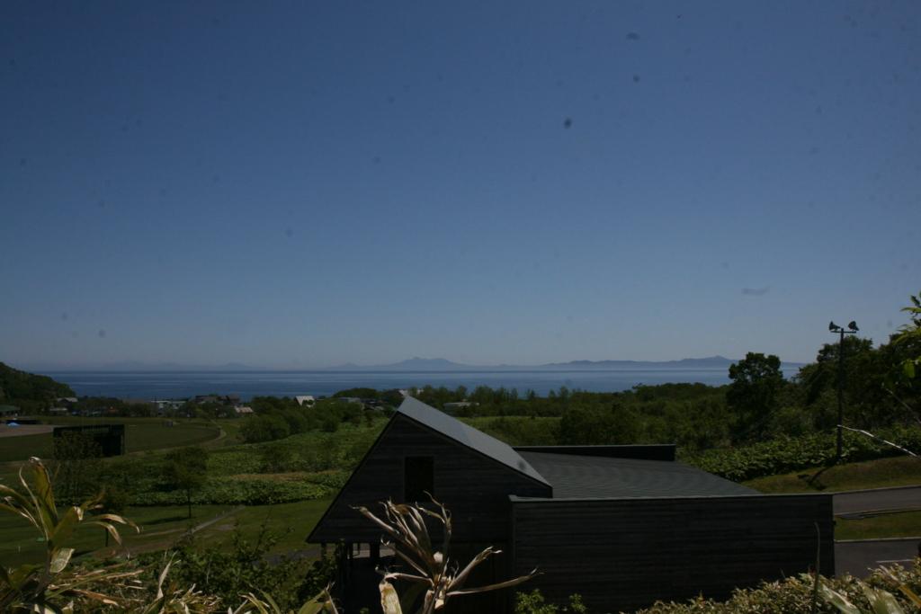北海道・知床、羅臼のらうす峠茶屋から見る国後島
