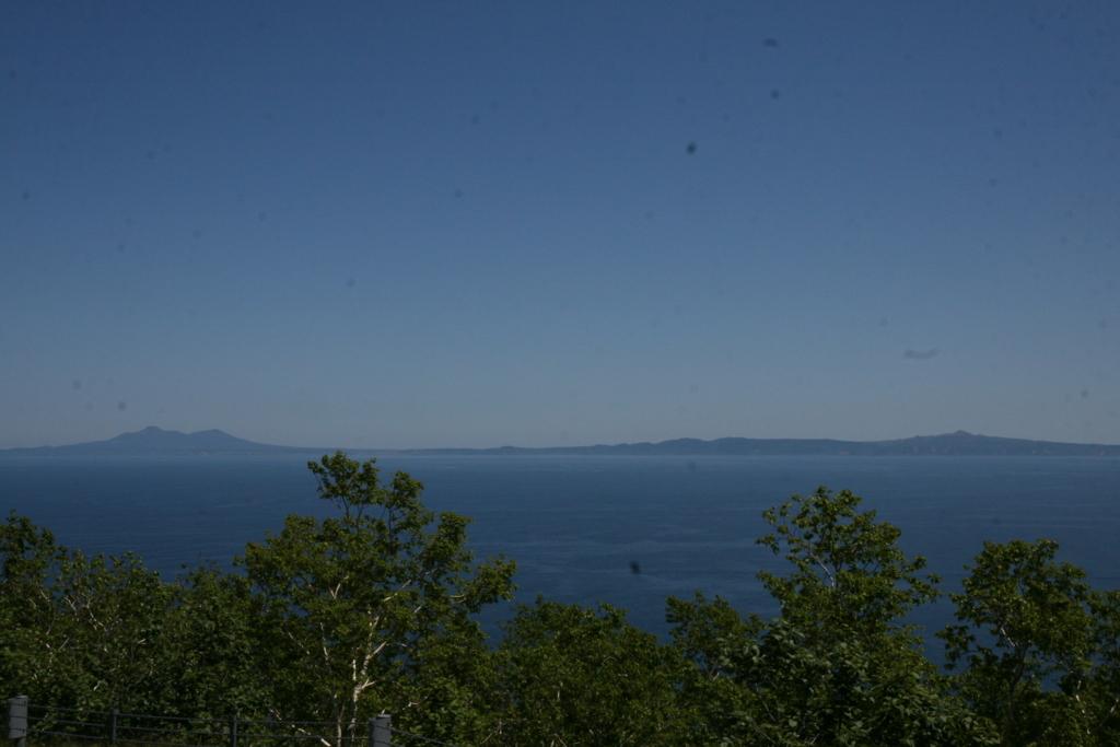 北海道・知床、羅臼国後展望塔から見る国後島
