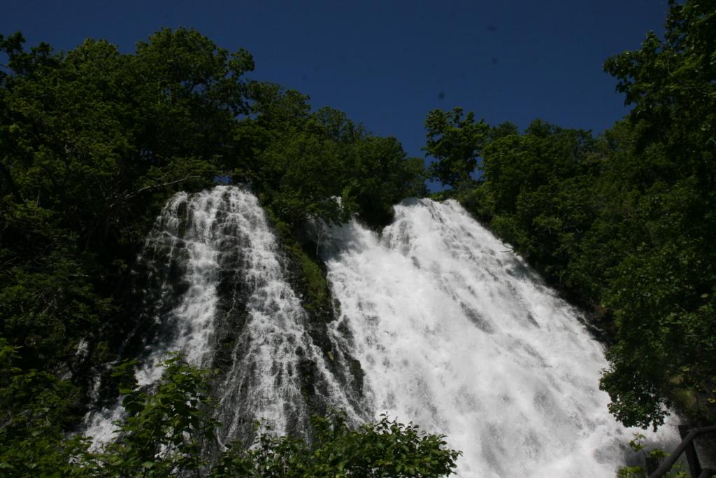 北海道・知床のオシンコシンの滝