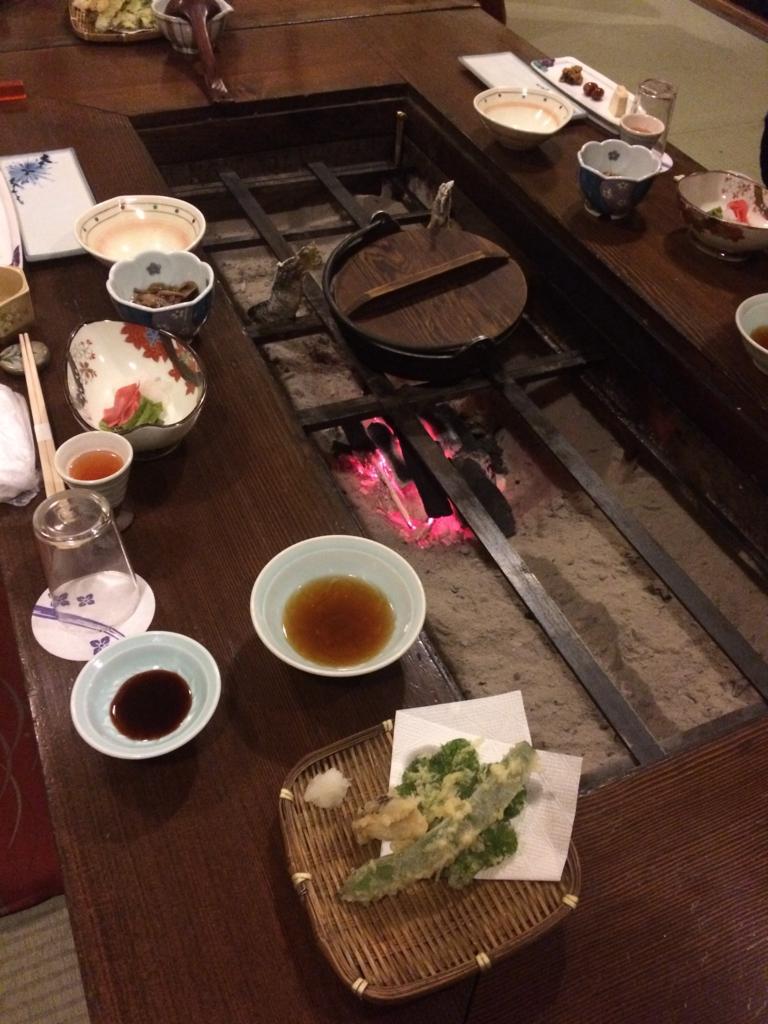 長野県・乗鞍高原の「双色の源泉 山水館信濃」の囲炉裏