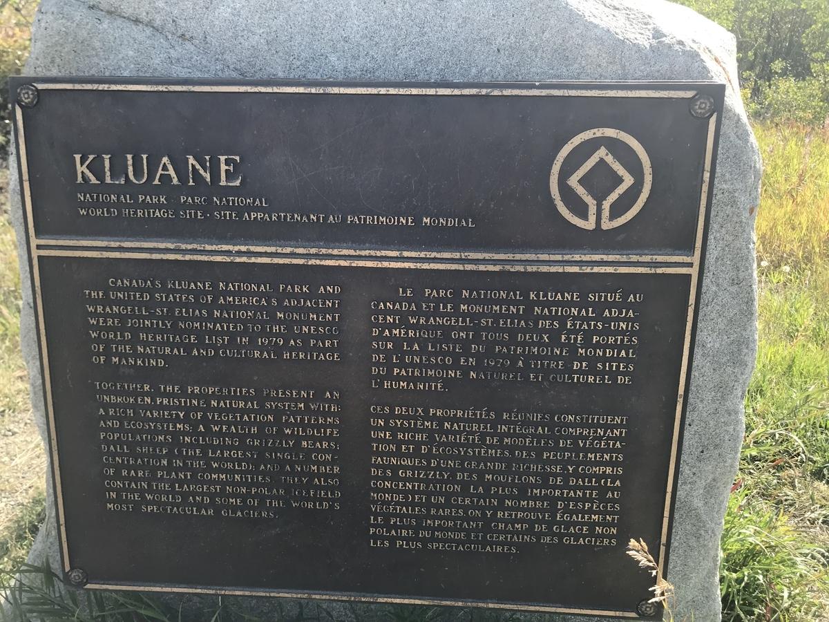 クルアニ国立公園の石碑
