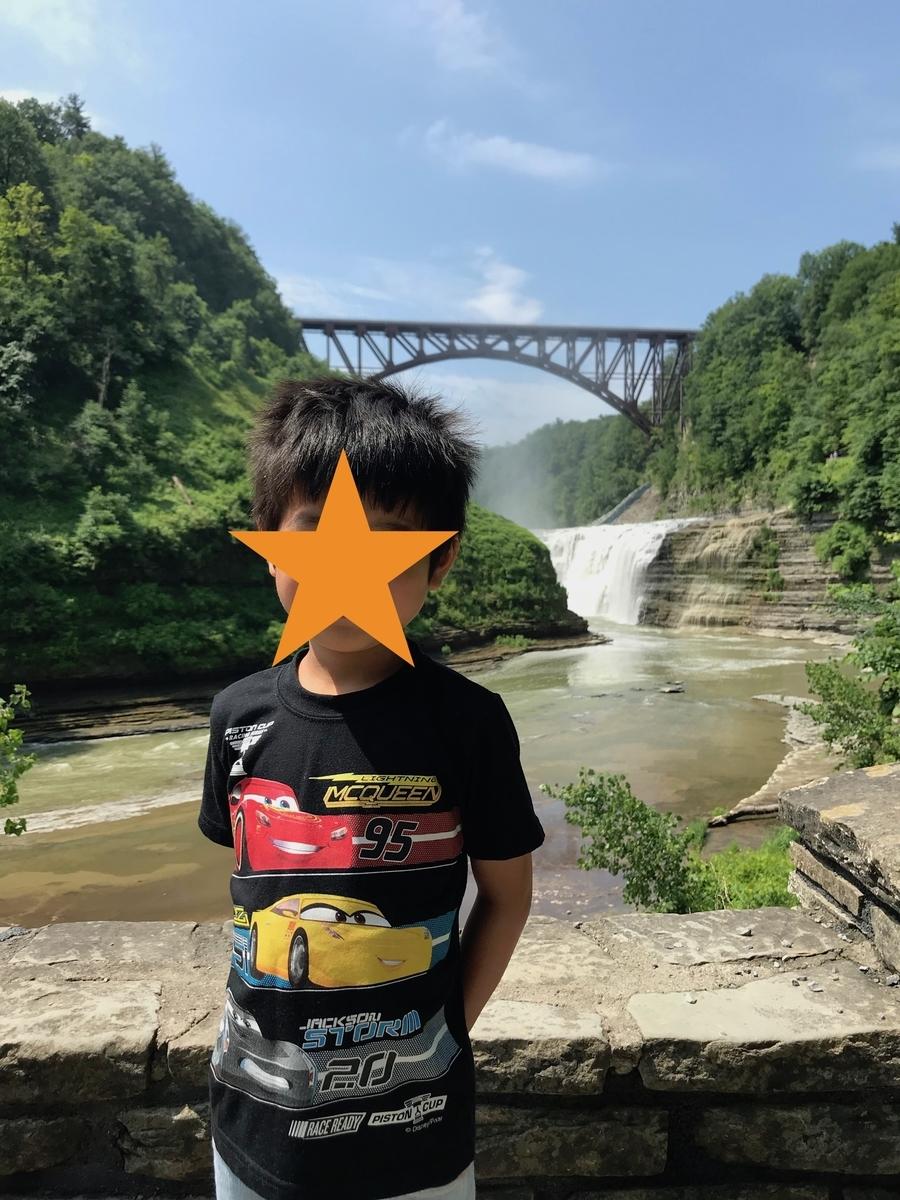 滝にかかる鉄橋