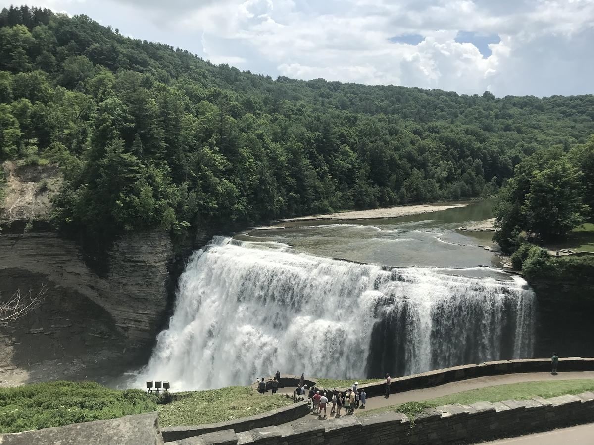 滝を見下ろす展望台