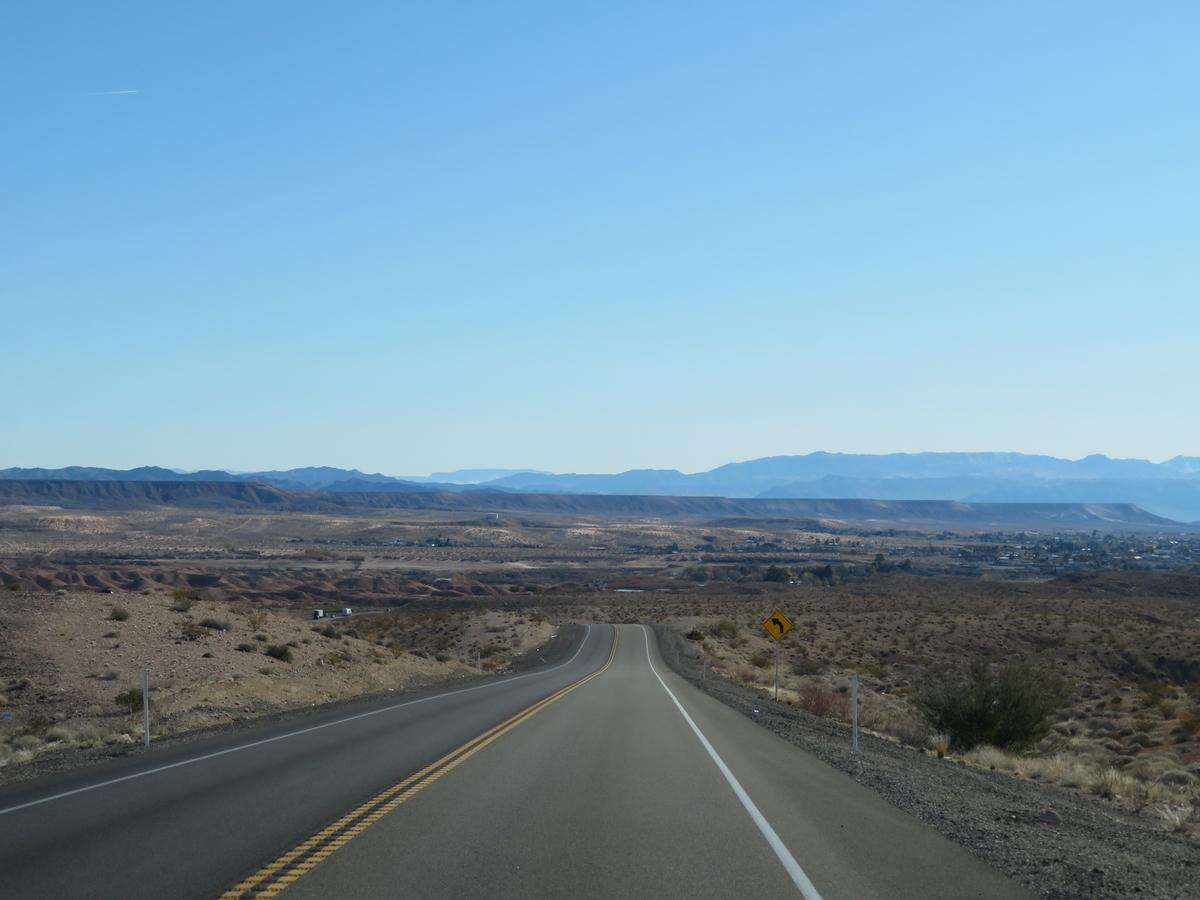 砂漠地帯を走る道路