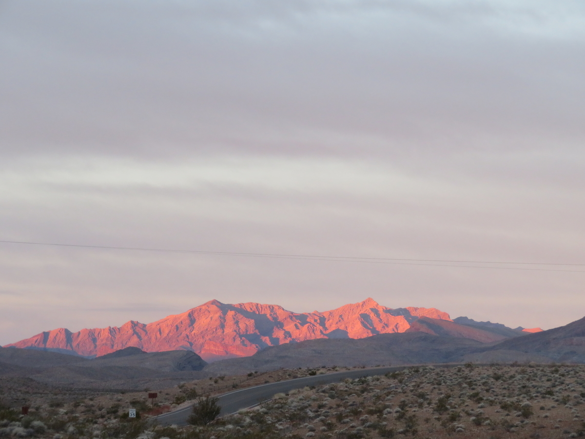 朝日に照らされた山