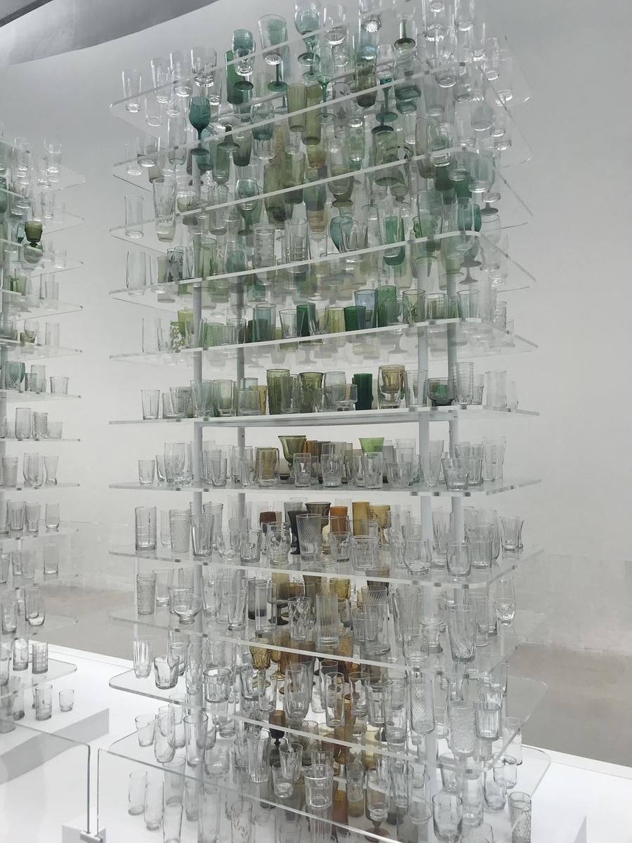グラスを並べた芸術作品