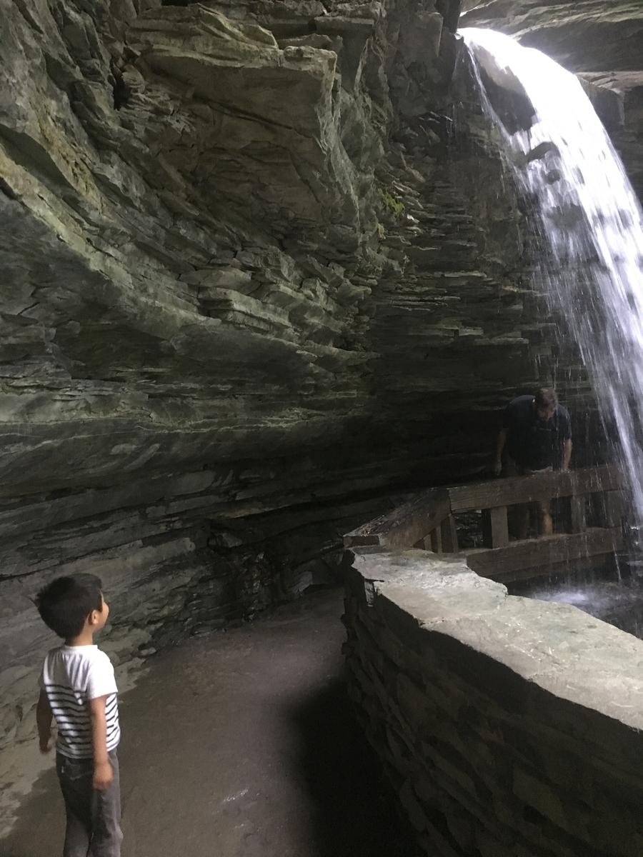 滝の裏側の歩道