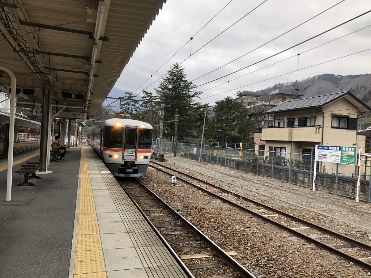 駅に入る電車