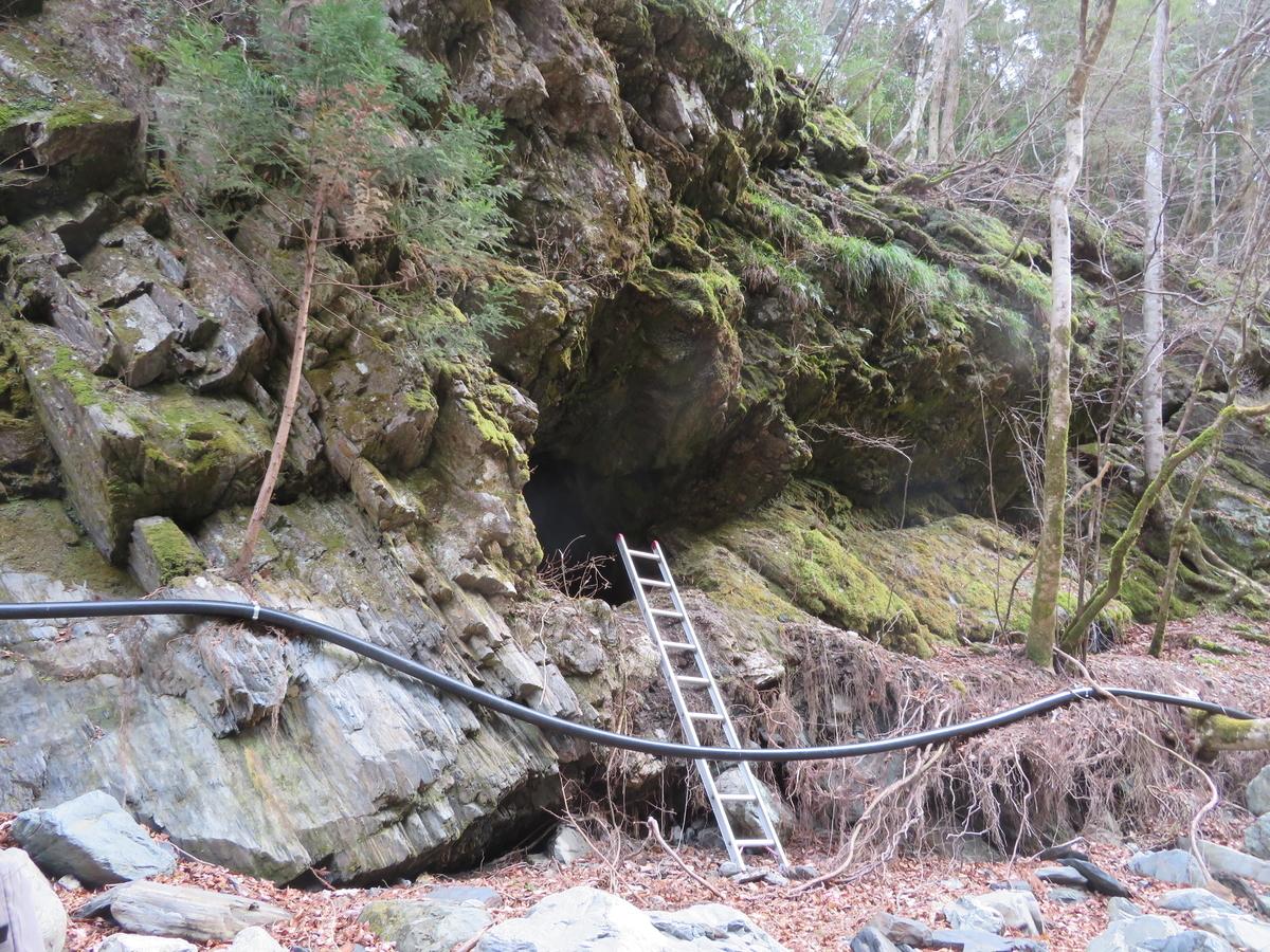 洞窟の入り口