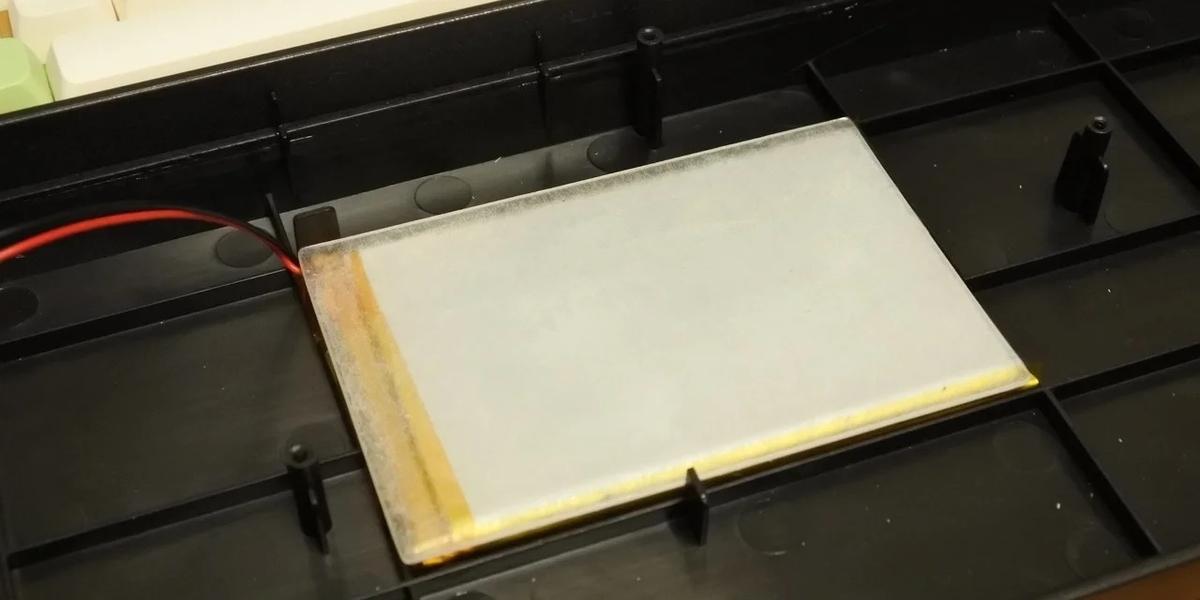 割と厚みのある頑丈なシートで、重量もそれなりにある