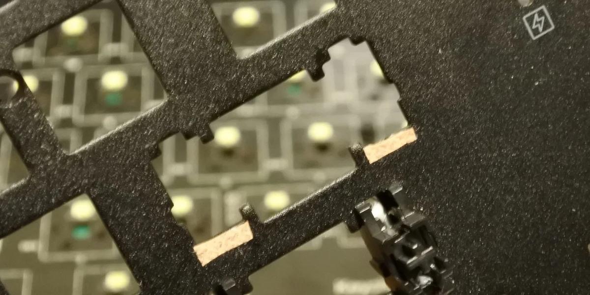 あまり大きく切り出すと、スタビライザーを嵌めた際に絆創膏がはみ出てしまう