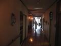[青荷温泉]旅館の廊下(灯りはランプ)