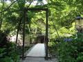 [青荷温泉]庭の吊り橋