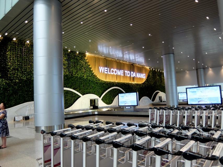 ダナン国際空港第2ターミナル到着ロビーにて