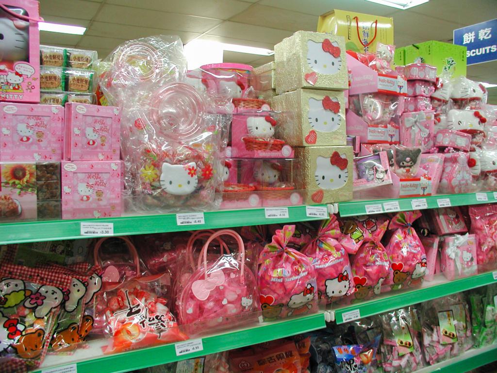 オーストラリアのアジア系スーパーマーケット、陳列棚の様子。日本のキュートといえば……