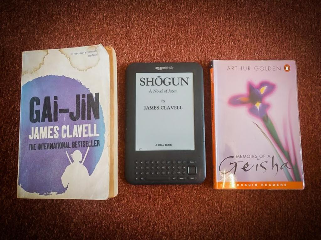 幕末を舞台にした1991年発表の『Gai-jin』(James Clavell著)。(中)同じくClavellによる『Shōgun』(1975年)は世界で1500万部以上売れた大ベストセラーで、1980年にはアメリカでドラマ化。日本でも人気を博した。(右)3冊の中で最も新しい『Memoirs of a Geisha』(1997年)も2005年にハリウッドで映画化された。